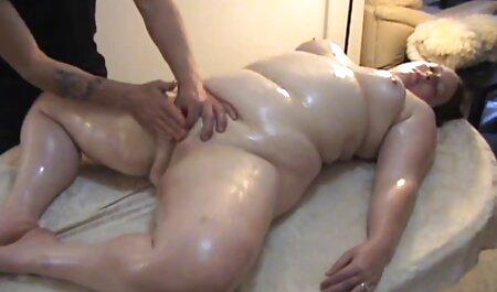 Blonde Hottie saugt einen schwarzen Schwanz im kostenlos fickfilme gucken Badezimmer