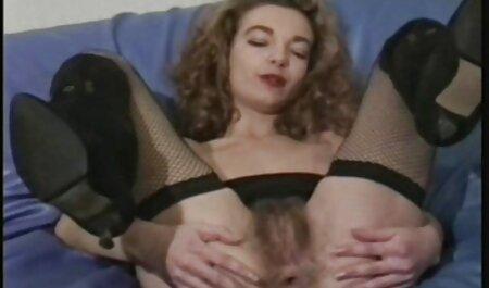 Nach harter Arbeit spielt geile pornos kostenlos ansehen sie gerne mit ihrem Fußsklavenmädchen