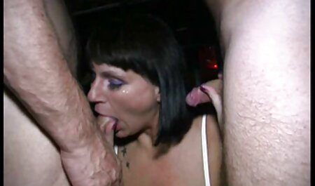 Jenny Hard pornos gucken kostenlos kniet nieder, um einen Blowjob auf der Straße auszuführen